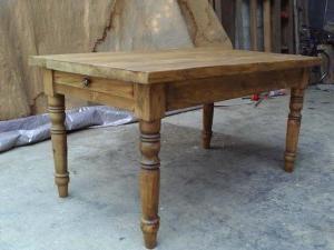 Hergestellt ein Holztisch mit den Händen – für die Lieben und enge Freunde