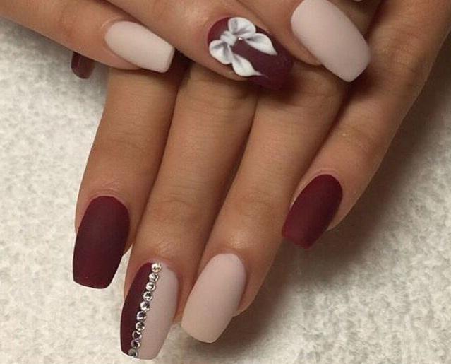 Esmalte de uñas de color beige mate: diseño, foto