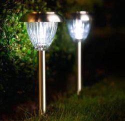 Queste luci di giardino versatili su pannelli solari