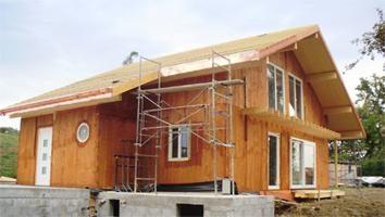 Obsada in einem Holzhaus mit Einbau von Fenstern und Türen