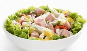 La préparation d'une salade de poivrons et du jambon. Plusieurs options différentes