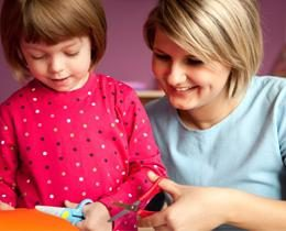 Vospitatelskaya trabalhar com os pais no segundo grupo mais jovem