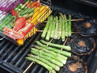 légumes cuits au four grillés sur le barbecue mariné
