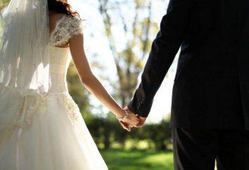 Krótkie życzenia na ślub własnymi słowami. Nowożeńcy z przyjaciółmi