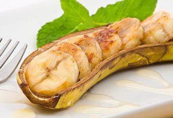 Saborosos, saudáveis e saudáveis: cozido bananas. queijo cottage com a caçarola de banana no forno