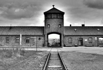 Napis na bramie Auschwitz, jako uosobienie dwulicowości