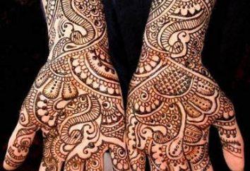 Tatuaż na jej ramieniu. Moda trend wielowiekowej tradycji