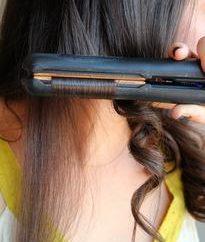 Nós vamos mostrar-lhe como enrolar o cabelo com a ajuda de engomar