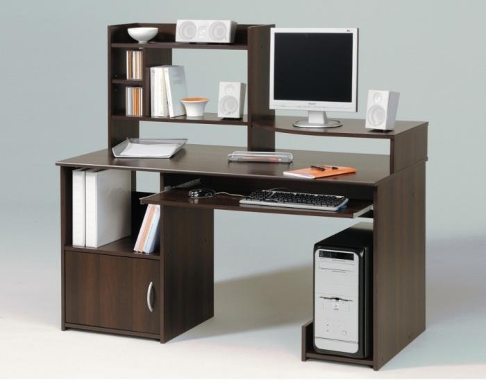 D un bureau confortable avec étagères pour collégien