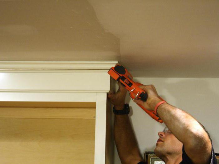 comment coller les plinthes au plafond dans les coins. Black Bedroom Furniture Sets. Home Design Ideas
