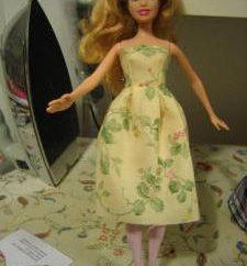 Como a costurar um vestido para uma boneca com suas próprias mãos?