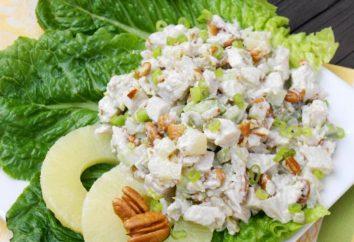 Cozinhar deliciosa salada de abacaxi com frango para a tabela do feriado