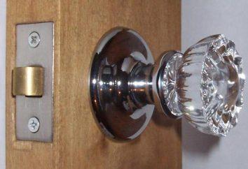 Installer les poignées sur les portes intérieures avec leurs mains