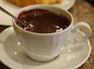 Como fazer chocolate quente em casa: um passo a passo receita