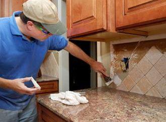 Um die Reparaturen in der Küche mit den Händen
