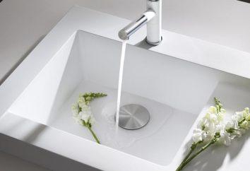 Água para limpar e água após a limpeza. Comparação de água potável antes e após purificação