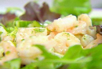 Gotowanie wyśmienitą sałatkę z krewetek, sałaty i ogórka
