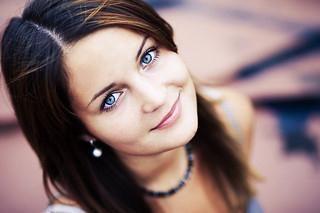 Brune aux yeux bleus: les secrets de maquillage