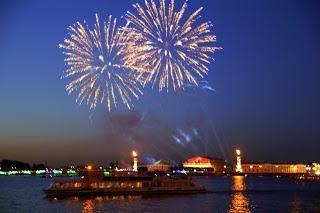 Atrakcje w Petersburgu: Rostral kolumny na cyplu wyspy Wasiljewskiej
