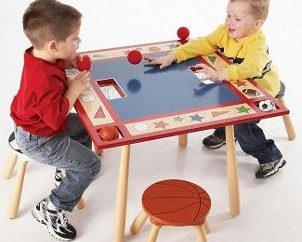 Desenvolver uma mesa para as crianças. superigrushka Feliz