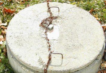 Installation d'une fosse septique d'anneaux en béton avec leurs mains: le système
