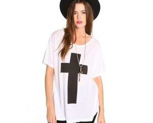 Helle und freches T-Shirt mit einem Kreuz