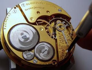 Comment démonter une montre avec la batterie de quartz? Comment démonter la montre-bracelet à remontage automatique mécanique?