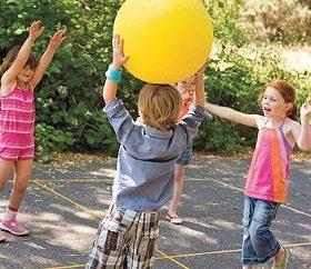 jeux de balle dans la nature – les avantages pour les enfants et les adultes