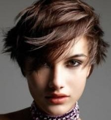 Cascade sur les cheveux courts: la créativité et la pertinence