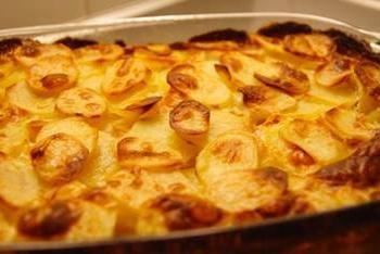 Receta de patata francesa. cena perfecta o una mesa de fiesta
