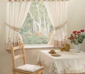Wählen Sie schöne Vorhänge in der Küche und schaffen Komfort