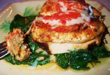 Délicieux poitrine de poulet avec des aubergines, des tomates et du fromage