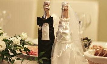 Oryginalna dekoracja butelek szampana na ślub.