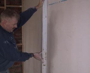 Usando um perfil para placa de gesso ao instalar paredes