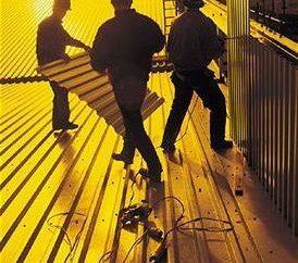 Installation eines Daches aus Wellpappe: eine Folge von Aktionen und Verfahren insbesondere