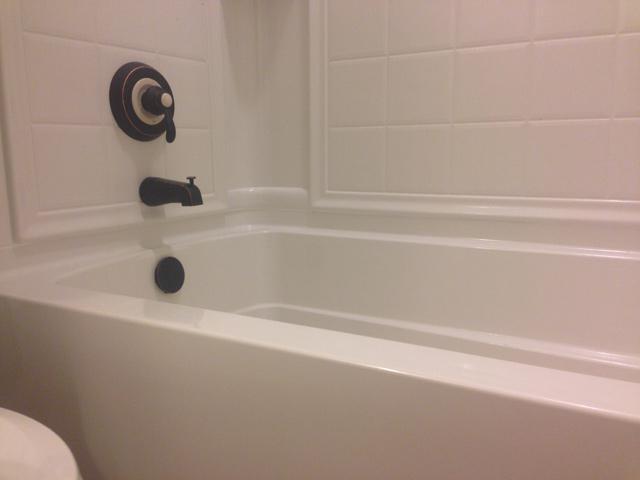 La tenuta del giunto tra vasca e piastrelle poliuretano silicone