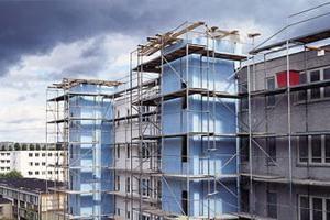 aislamiento de fachadas con espuma de poliestireno con la mano. tecnología de aislamiento de fachadas