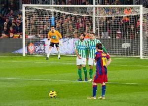 Ein Freistoß im Fußball. Rules Football. Penalty und Freistöße