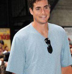 Dzhon Izner – joueur de tennis de Dieu!
