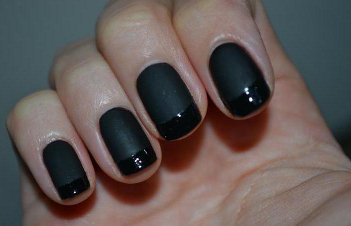 Elegante manicura francesa. El color negro en el diseño de uñas