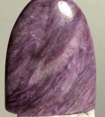 charroit piedra se encuentra un par de hombre odinokimu