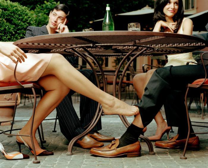 Agent immobilière elle baise avec un de ses clients près de la piscine
