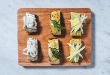 Canapés mit Hering und Schwarzbrot: das Rezept. Canapes am Spieß auf einem festlich gedeckten Tisch