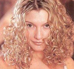 Chemikalia do średnich włosów: jak stać kręcone piękno?