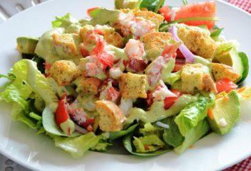 Bereiten Sie Original-Salat mit Krabben-Sticks und Cracker