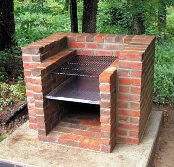 Barbecue De Briques Avec Leurs Mains
