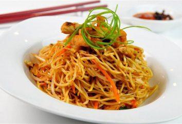 Chiński makaron z kurczakiem i warzywami. Przepis na dania