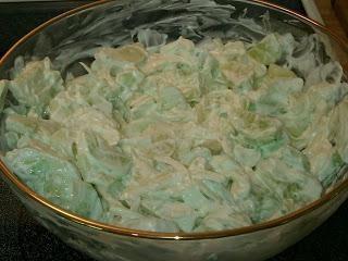 Cozinhar salada com fígado de bacalhau e pepino