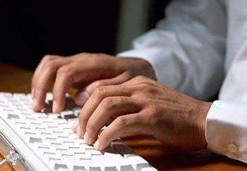 Riparazione di un computer desktop e una tastiera portatile