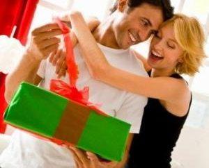 Geschenke zum Jahrestag der Beziehungen Kerl, was wählen Sie für Ihre Single?